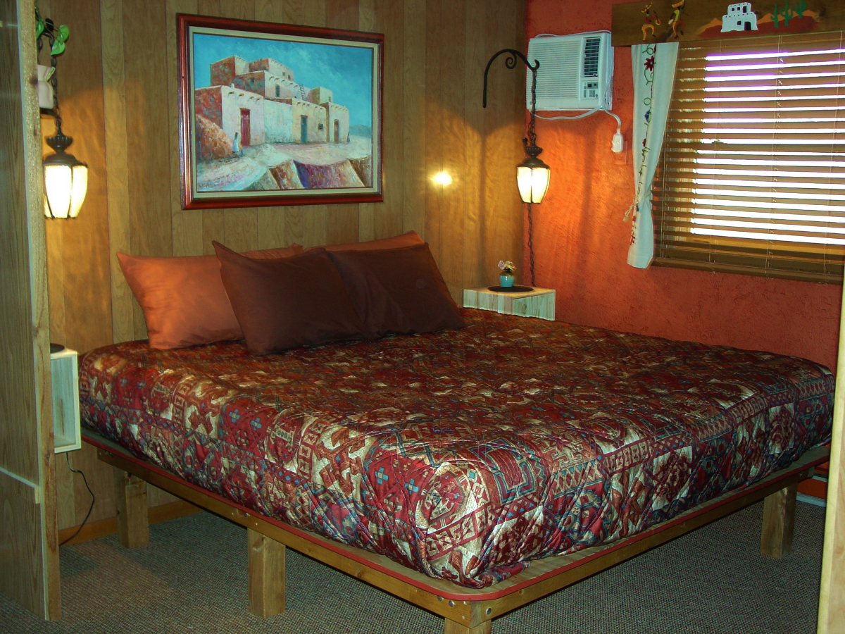 WilloWood is a retro family-owned motel in Baraboo Wisconsin near Devils Lake State Park.